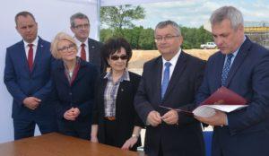 Minister Jerzy Szmit odczytuje decyzję o wszczęciu postępowania przetargowego na budowę drogi ekspresowej S3