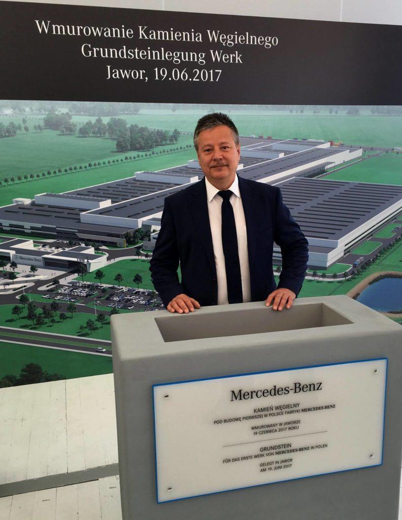 Prezes SSEMP S.A. Tadeusz Rycharski podczas ceremonii wmurowania kamienia węgielnego pod pierwszą fabrykę silników Mercedesa w Polsce